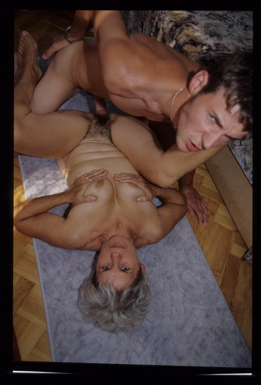 Смотреть порно внучка делает кунилингус бабушке 27 фотография