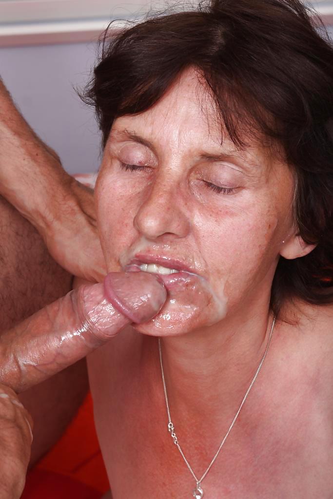бабушек губах сперма на