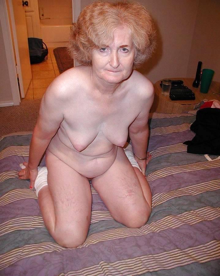 старая бабушка раздевается