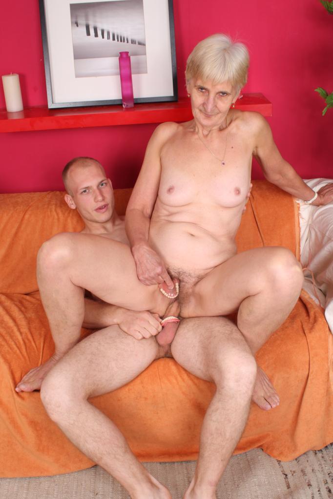 Старая баба трахается с внуком фотн