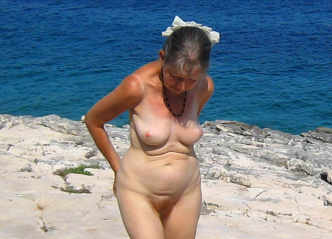 Старые бабки голые на пляже фото 31 фотография